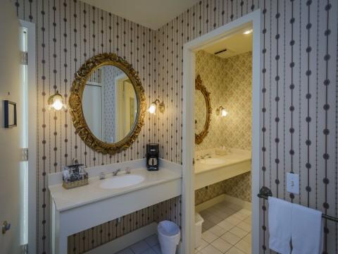 Hill House Inn - Private Bathroom